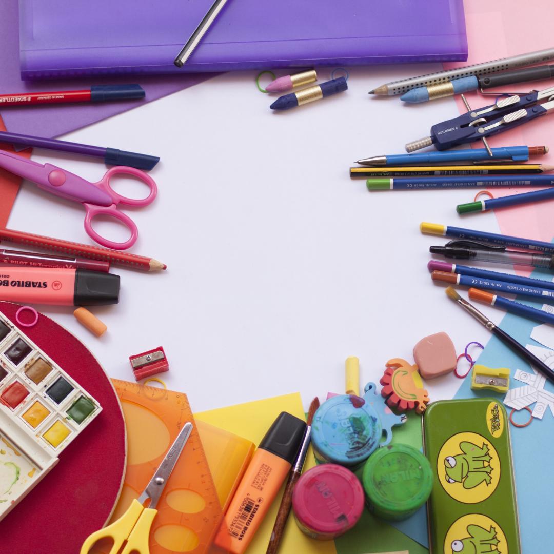 Matériel de bricolage : crayons, ciseaux, papier, peinture...